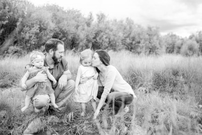 family kisses photography