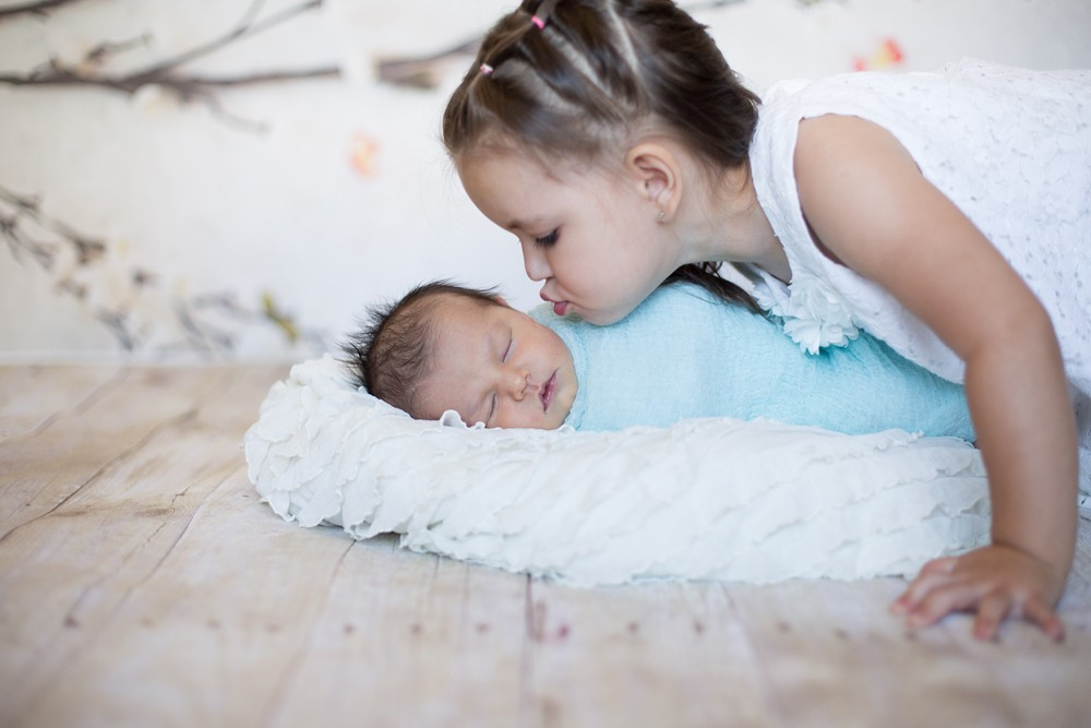 07 newborn photography kiss